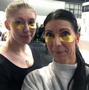 Testar 24K Guldkollagenmask från Jamela som ska återfukta och minska svullnader och mörka ringar under ögonen. ska verka 30 min- 5tim